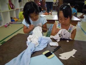 どんな模様になるか楽しみに、慣れない縫い物に挑戦!