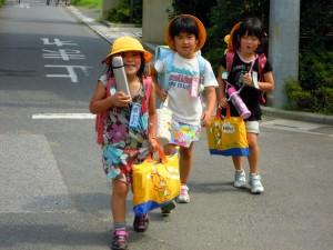 松小1年生の女の子3人です