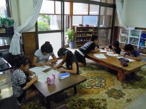 宿題をがんばる児童