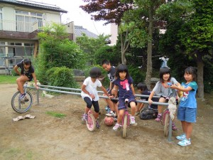 壱輪車で遊ぶ児童