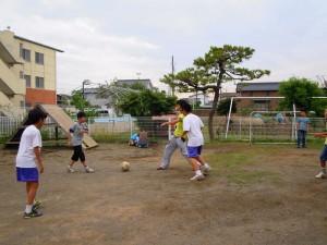 サッカーで遊ぶ児童