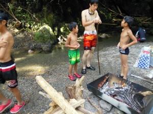 寒くなったら たき火で温まって又川へ